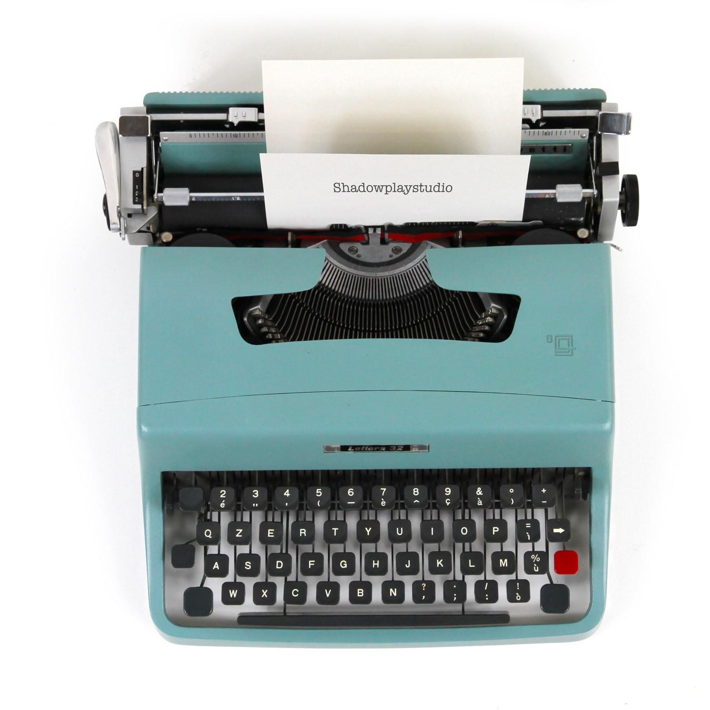 Macchina da scrivere verde con foglio bianco